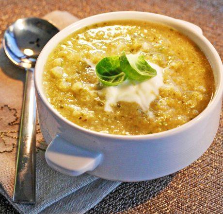 Суп из брюссельской капусты с карамелизированным луком