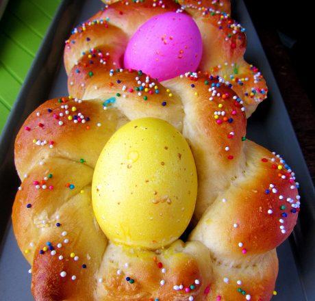 Итальянский плетеный пасхальный хлеб с яйцами