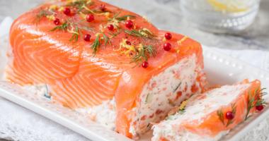 Террин с копченым лососем и творожным сыром