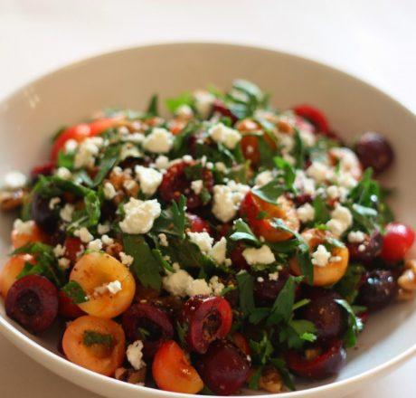 Пикантный салат из черешни с орехами