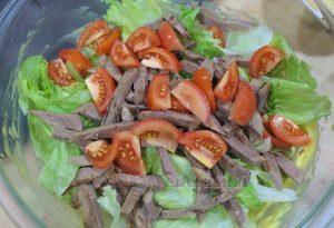 Салат из говяжьего языка с гренками с пряностями